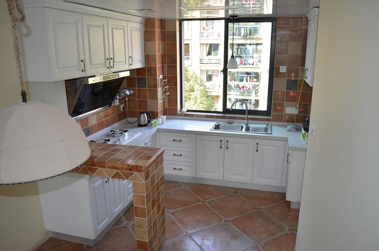 厨房和餐厅之间设计早餐台,餐厅靠窗下面做卡座式的座位餐桌靠墙设计.