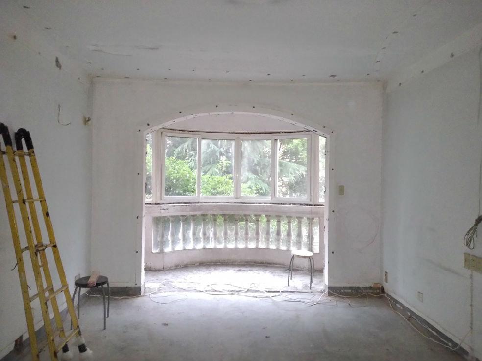 客厅到阳台的门洞,原始结构是圆弧顶的,老婆和我都喜欢平直的,于是找