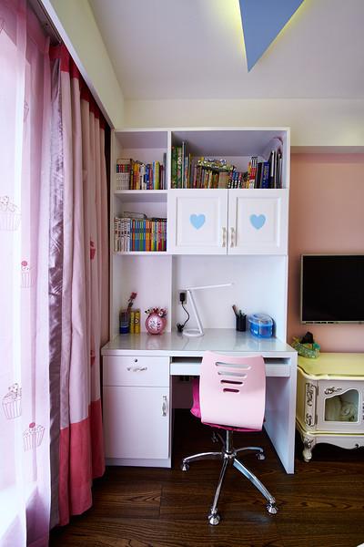 客厅外面的阳台设计洗衣机兼洗衣柜和储藏柜.