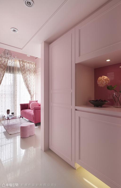 甫入玄关,鞋柜以粉红色烤漆柜体搭配线板细细勾勒而成,上下吊柜中段