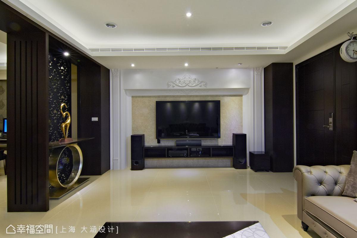 对比深色木作的主体设计,锦佑室内设计于主卧电视墙延续客厅的空间