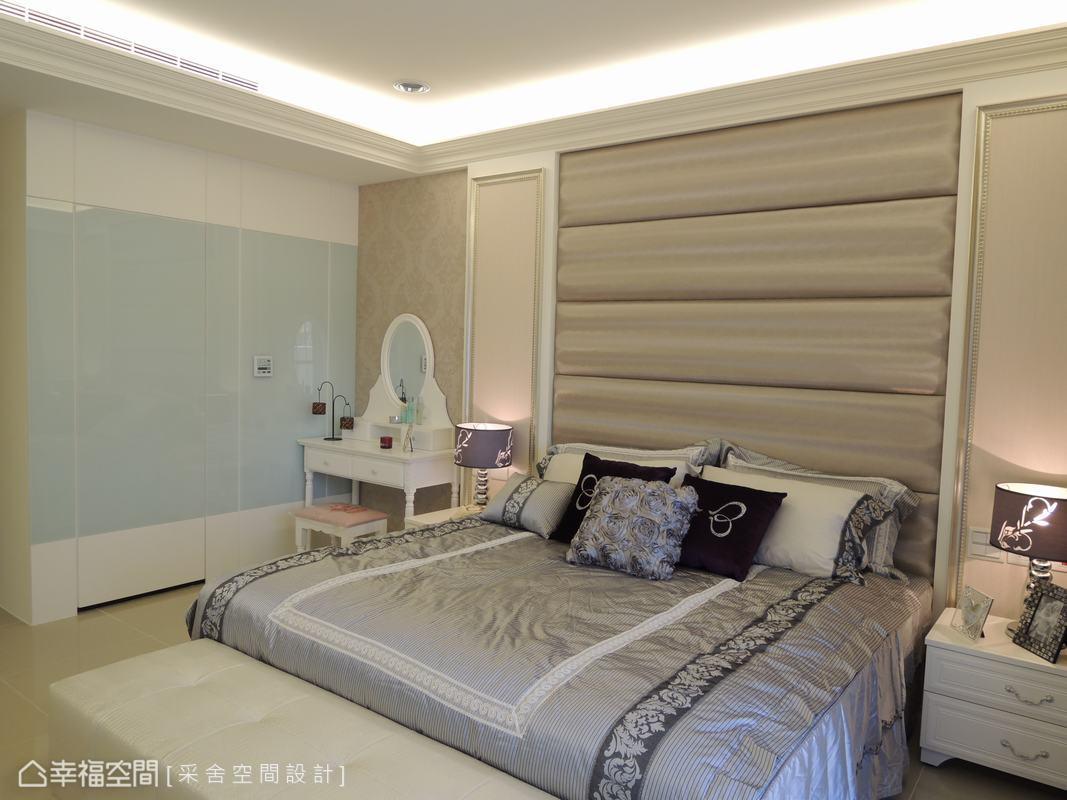 电视墙使用大理石搭配左右两侧的雕花板,增添场域的华贵气韵,沙发背墙