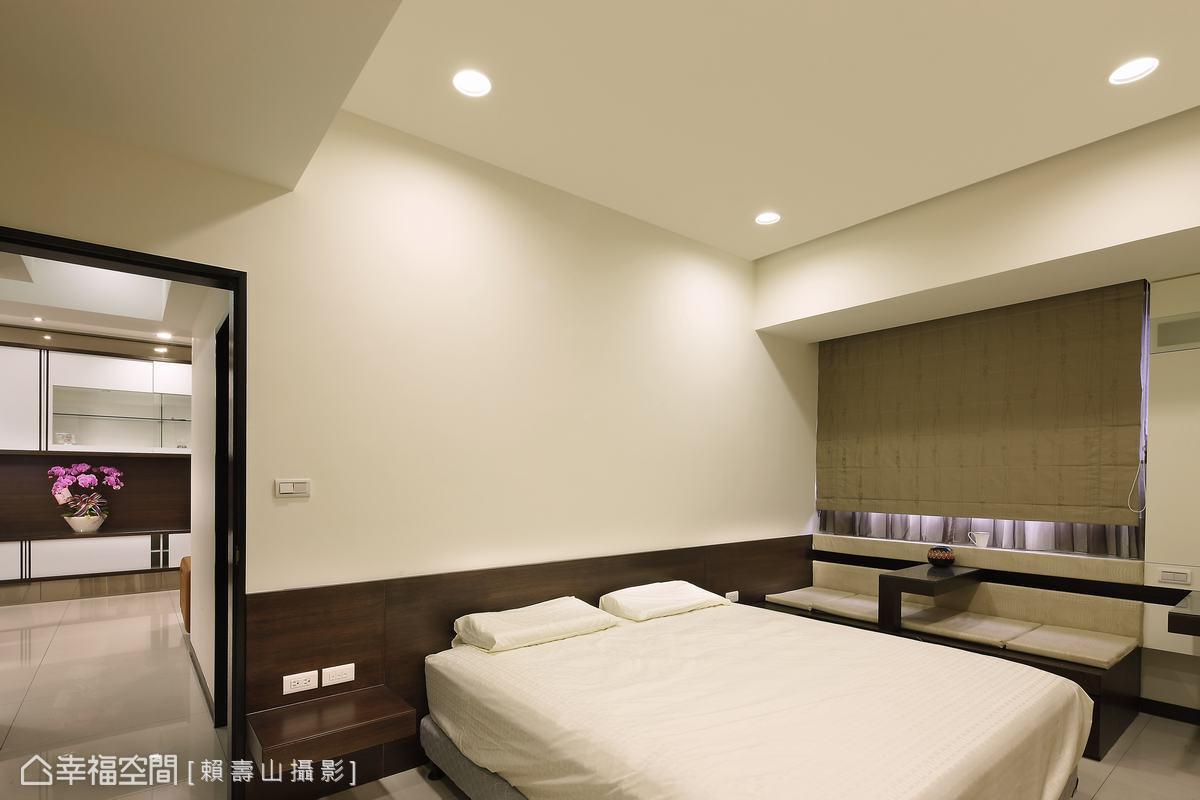 客厅沙发背墙使用鳄鱼皮纹路壁纸,隐约流露低调奢华的质感,餐厅主墙以