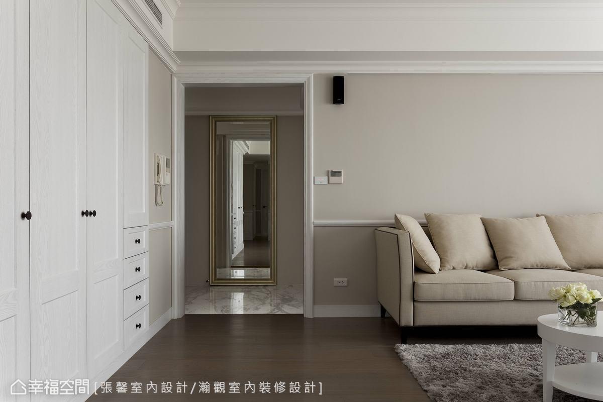 而考量到沙发背墙的完整性,设计师利用玄关鞋柜规划延伸出完整客厅