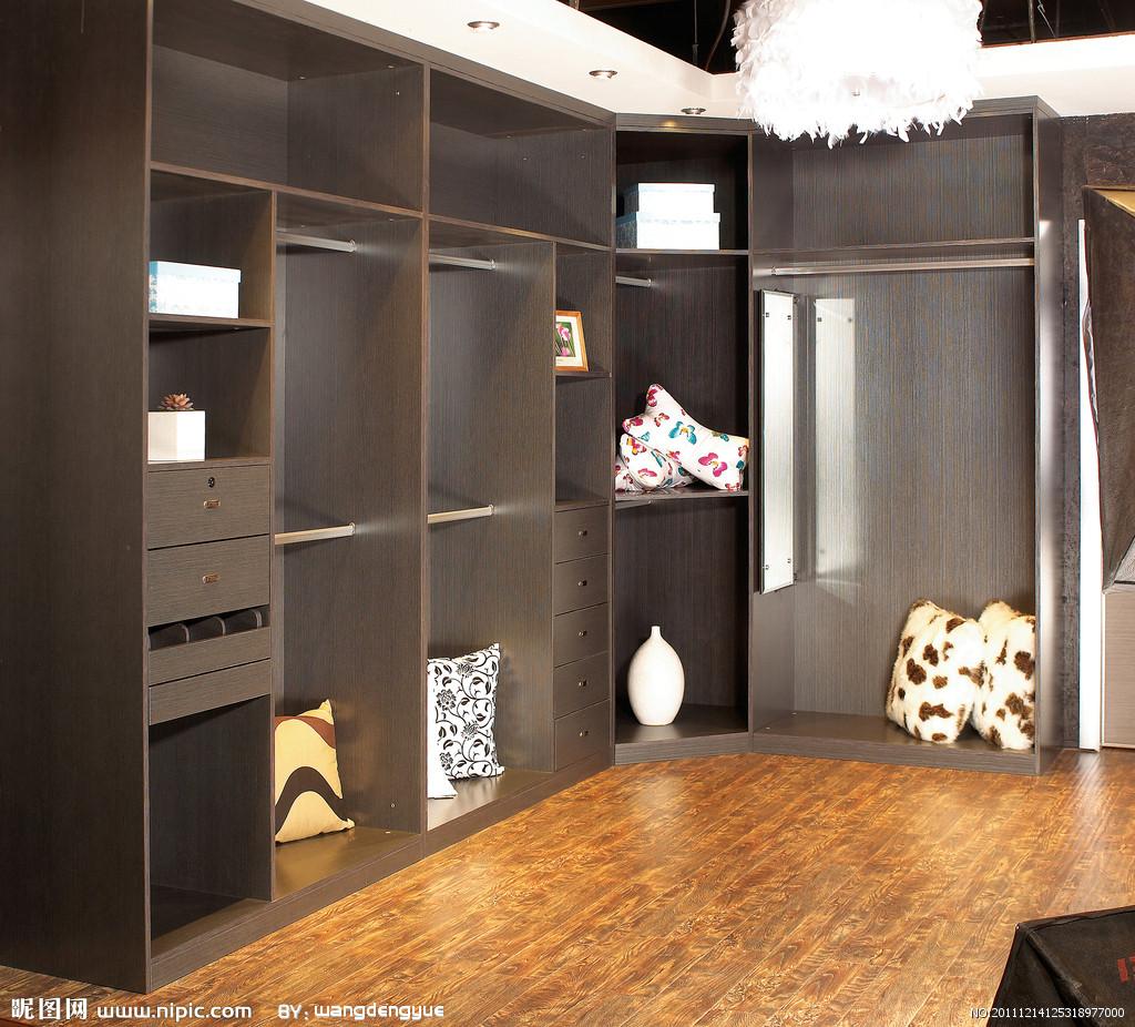 主臥設計一個步入式衣柜,可建墻,也可用衣柜直接做墻,開個移動隱形門