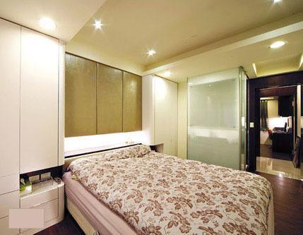 4,主卧床头两侧做衣柜,放随时穿的衣物.