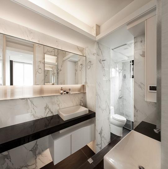 一面简单的隔断墙将洗漱台和卫生间分隔开,展现空间的强大功能.