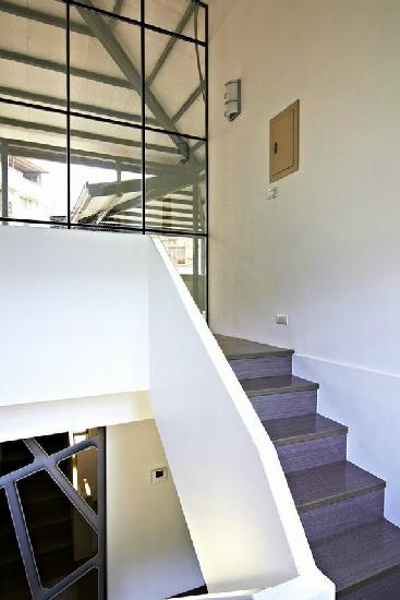 配合上铁件,大理石的设计,这就让整个室内楼梯充满一种简洁的味道.