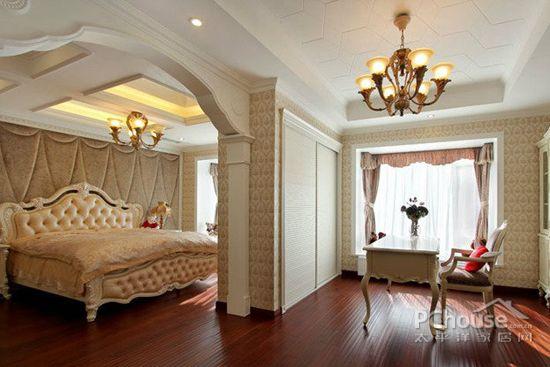欧式风格卧室设计图赏4     浅色团花墙纸,拼花地砖,顶面精致雕花与银