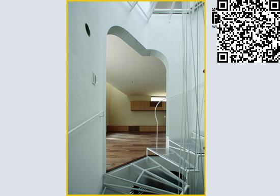室内墙面也都采用白色涂料,尽可能的扩大自然采光效果,让