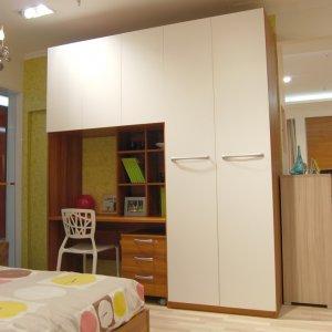 2,厨房改门,冰箱放新次卧门边,餐厅如图做卡座设计.