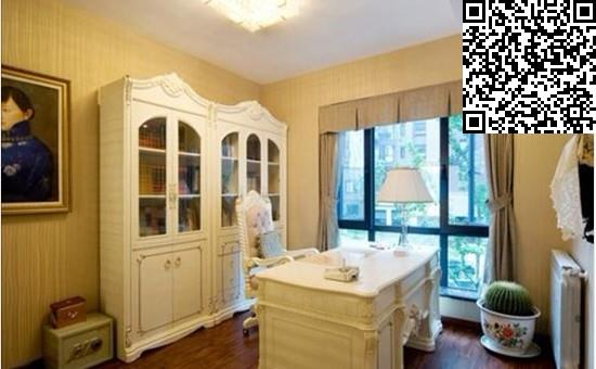 二楼书房的书柜与书桌依旧为纯白色的欧式家具,样式简