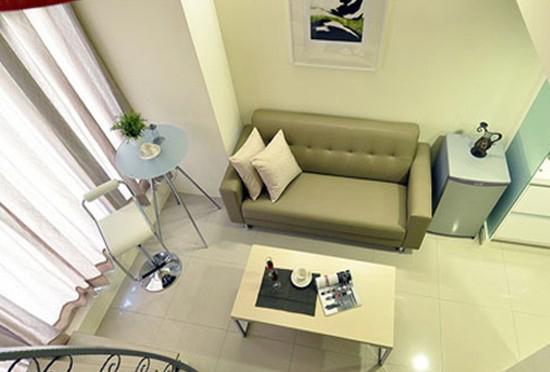 设计师借由壁纸从天际转折,挑高小户型挑高户型挑高房客厅装修,清清浅