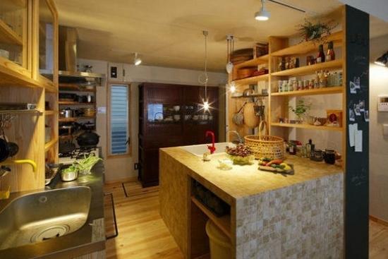 家庭厨房设计平面图     半开放式的厨房用干净的白色作为主