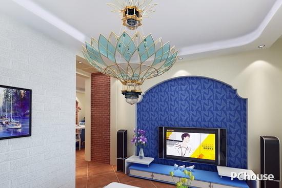 电视背景墙采用深蓝色印花图案壁纸,与白色的墙面形成对比色,彰显出地