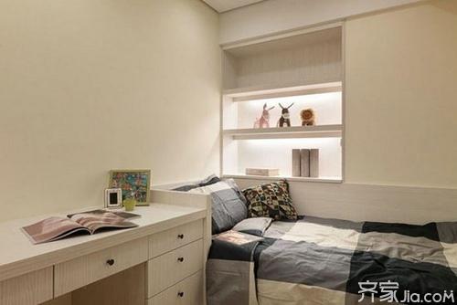 而右侧是一个长条形的书桌,设计了许多抽屉,可以最大限度的利用空间.图片
