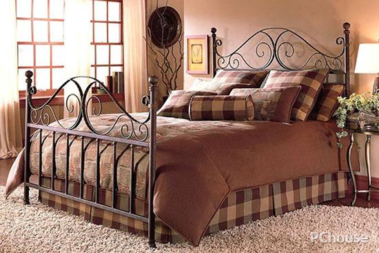 这款欧式双人铁床以弧形床头结合笔直床身,装饰简单雕花整体上给人以