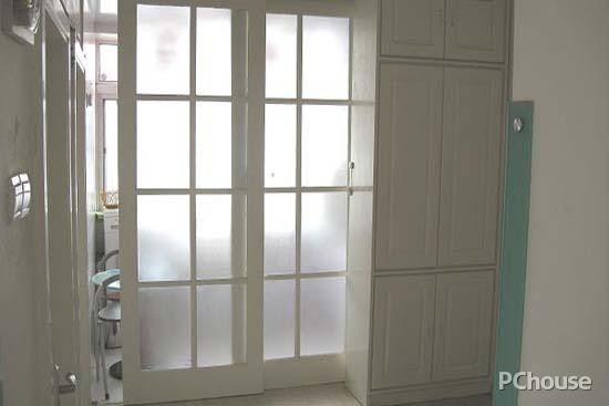 在阳台上安装玻璃的推拉门,这样在客厅里也能够很好地欣赏室外的风景