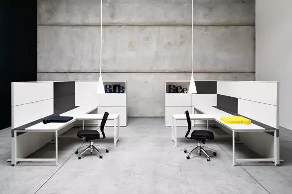 会议室的设计,会议桌采用钢化玻璃,四周的墙壁以及办公家具摆设也