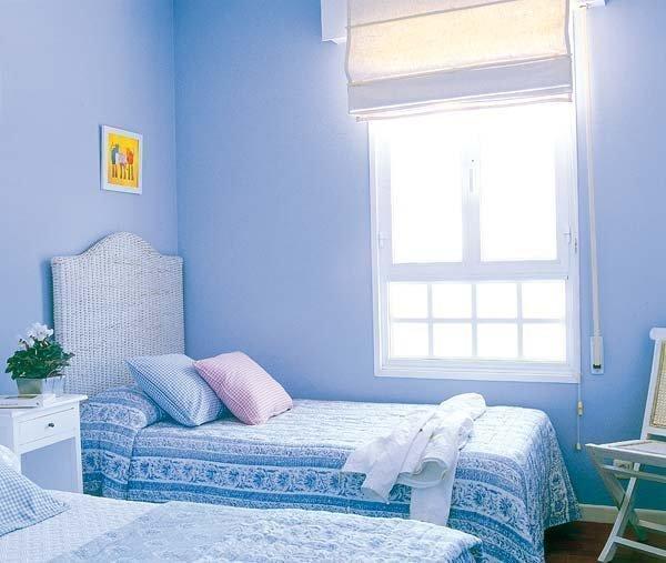 靛蓝色的儿童房搭配白色家具,以获得最佳采光,窗户上的透光卷帘也是