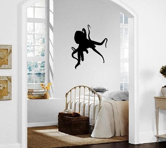 夸张也是室内的一种装饰手法,这间卧室用乌贼贴纸打扮白色墙面,虽然有
