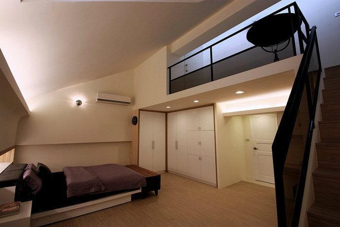 大儿子房-设计师利用顶楼挑高的楼面规划夹层小和室,让小主人可随性与