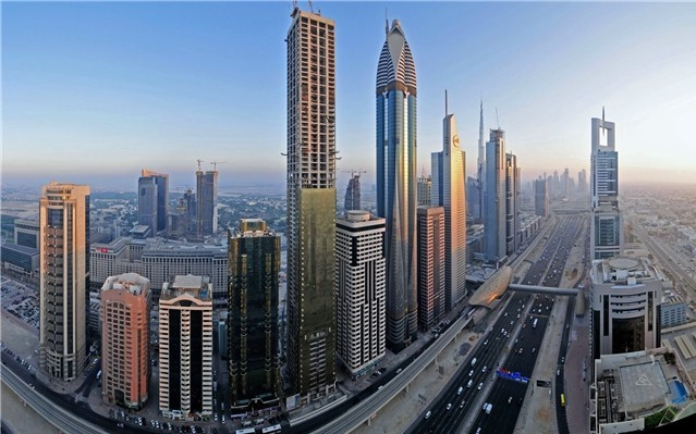 迪拜的早晨,街道上车来车往