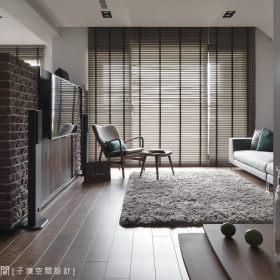 现代简约客厅隔断沙发电视墙设计图
